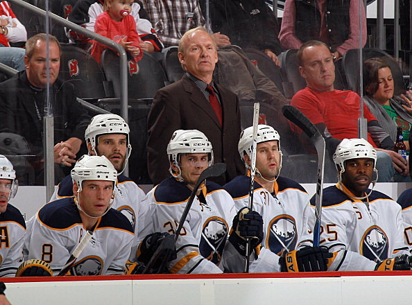 Lindy Ruff standing behind the Sabres Bench